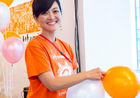 事業グループ プロジェクト管理チームの内山茜さん。1年間で約100か所のイベントに足を運び切り盛りする。