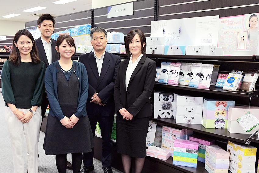 マーケティング本部にはほかにも女性スタッフがいて、実際は女性8名、男性3名から成る。