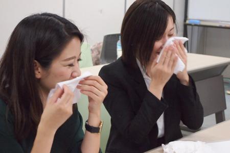マーケティング部の責任者として、製品・パッケージ・プロモーション・販促、あらゆるところに眼を配る酒井さん(右)と、『鼻セレブ』・リニューアルプロモーション企画に一から携わった手塚さん(左)。