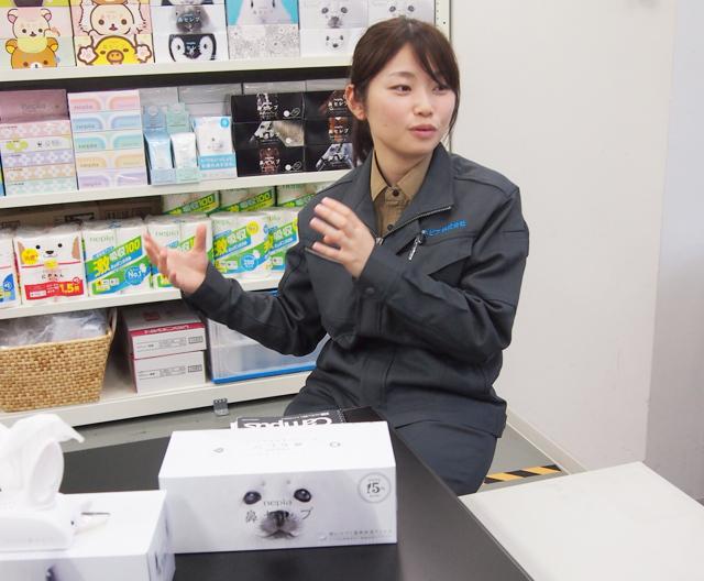 清水さんは2014年入社。当初はおむつの開発を担当していたが、異動によって2年前から『鼻セレブ』 の開発に。しなやかな肌触りを求めて、パルプの配合を追究した。時には手抄きで試作することもあったという。