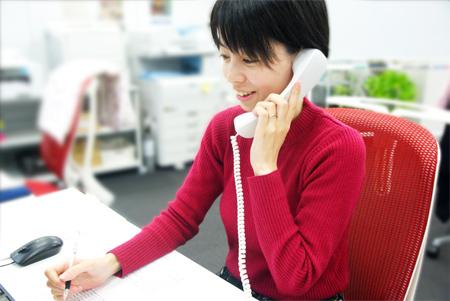 カスタマーサポート マネージャーの米原有希さんは、子どもを保育園に預けながら勤務する。
