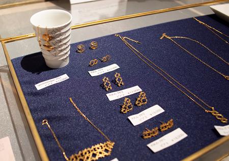 「iT YUCASi」はファッションをキーワードに、クラッチバックやトートバック、財布、コインケースからネックレス、ピアス、食器類とさまざまなアイテムをラインナップしている。